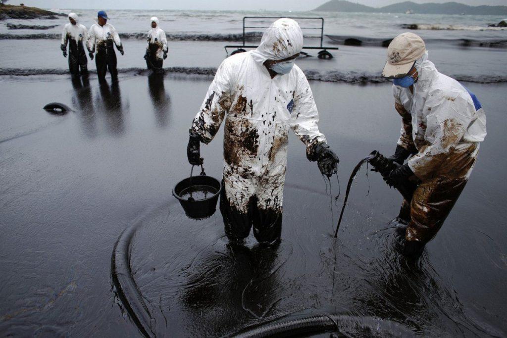 Ученые изобрели безопасное решение для устранения разливов нефти